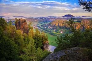 Elbsandsteingebirge_vlnr-Wartturm-Rathen-und-Lilienstein_Foto-BerndGrundmann