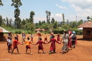 Kenya_Singen und tanzen mit der Gruppe und den Einheimischen