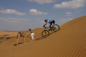 Oman_ Mountainbike und Wüstenschiff