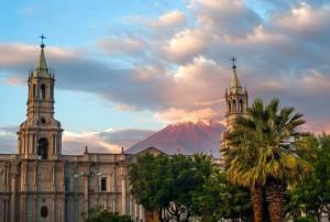 Peru_Arequipa_Kirche+Vulkan
