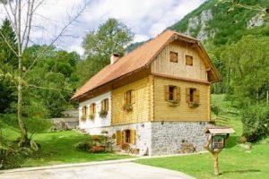stilvolle Ferienhäuser verschiedener Größen und Ausstattungen in der Region Gorski Kotar. (Foto: epr/I.D. Riva Tours)